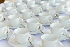 Tasses vides attendant le temps de banquet Images stock