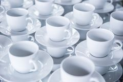 Tasses vides de café ou de thé prêt à se casser pour les invités aux événements ou aux conférences photos stock