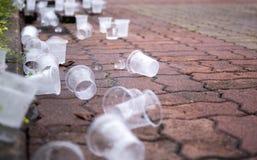 Tasses vides de l'eau sur le plancher à la voie d'emballage de marathon Images stock