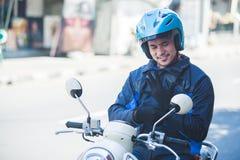 Tassista del motociclo che indossa i suoi guanti per la guida di sicurezza immagini stock libere da diritti