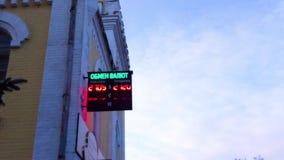 Tasso di cambio sul tabellone digitale del LED stock footage