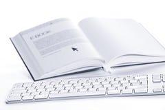 Tastatur angeschlossen an E-Buch Lizenzfreies Stockfoto