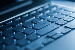 Tastatur auf einem Laptop in der blauen Farbe Stockbild