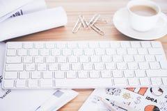 Tastatur auf Schreibtisch stockfotos