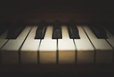 Tastatur des aufrechten Klaviers oder Klavierschlüssel Lizenzfreies Stockfoto