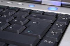 Tastatur des Laptops mit blauer Auftaste Stockfoto