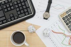 Tastatur, Diagramm, Taschenrechner, Armbanduhr und Kaffee Lizenzfreies Stockbild