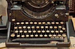 Tastatur einer alten Schreibmaschine in einem Museum, Nahaufnahme Lizenzfreie Stockbilder