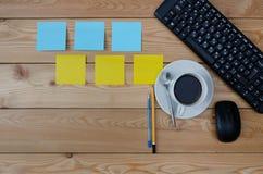 Tastatur, farbige Aufkleber Tasse Kaffee und Büroartikel Lizenzfreies Stockbild