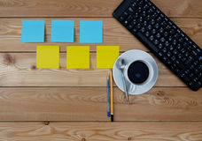 Tastatur, farbige Aufkleber Tasse Kaffee und Büroartikel Stockfotos