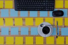 Tastatur, farbige Aufkleber Tasse Kaffee und Büroartikel Lizenzfreie Stockbilder