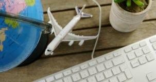 Tastatur, Flugzeugmodell und Kugel auf Tabelle 4k stock video
