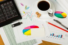 Tastatur, Kaffeetasse, Blitz-Antrieb und leere Karte, Stift, Blätter von Stockbilder