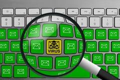 Tastatur mit dem gelben E-Mail-Virusknopf umgeben mit grünen E-Mail-Knöpfen und -lupe lizenzfreie stockfotografie
