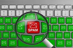 Tastatur mit dem roten Spam-E-Mail-Knopf umgeben mit grünen E-Mail-Knöpfen und -lupe lizenzfreie stockfotos