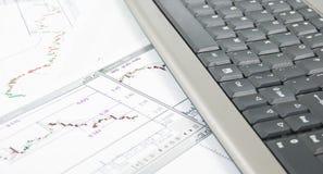 Tastatur mit Diagrammen darunterliegend Lizenzfreies Stockfoto