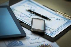 Tastatur mit einem Telefon und einer Tablette, die über ihr liegen Lizenzfreie Stockfotos