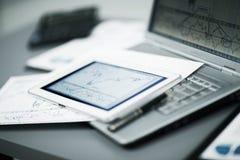 Tastatur mit einem Telefon und einer Tablette, die über ihr liegen Stockbild