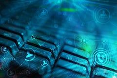 Tastatur mit glühenden Ikonen des Sozialen Netzes Lizenzfreies Stockfoto