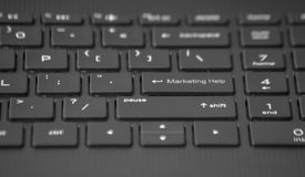 Tastatur mit Marketing-Hilfetaste lizenzfreie stockfotografie