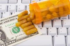 Tastatur mit Pillen und Geld Stockbilder