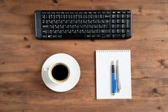 Tastatur, Tasse Kaffee und Büroartikel Lizenzfreie Stockfotos