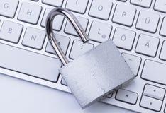 Tastatur und öffnen Vorhängeschloß Lizenzfreies Stockfoto