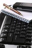 Tastatur und Anmerkungsbuch Stockbild