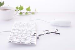 Tastatur und Gläser Stockbild