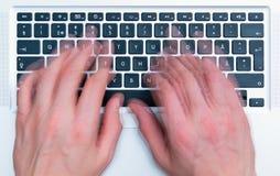 Tastatur und Hände Lizenzfreie Stockfotografie