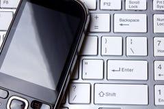 Tastatur und Handy Stockfoto