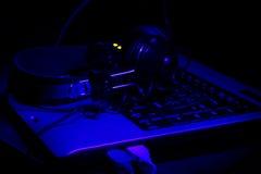 Tastatur und Kopfhörer in den ultravioletten Strahlen Lizenzfreie Stockbilder