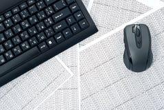 Tastatur und Maus auf Kalkulationstabellen Stockbilder