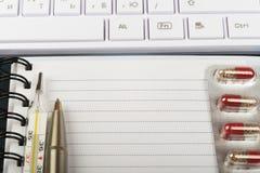 Tastatur und Notizbuch Stockfotografie
