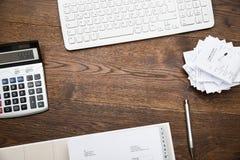 Tastatur und Taschenrechner mit den Empfängen lizenzfreie stockbilder