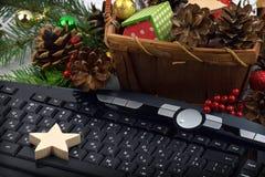 Tastatur und Weihnachten-Baumlametta Weihnachten Neues Jahr Abschluss-u Stockfotografie