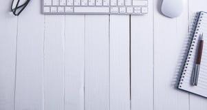 Tastaturnotizbuchstift auf hölzernem Hintergrund stockfotografie