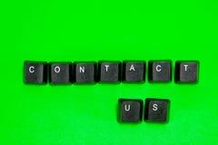 Tastaturplastiktasten mit Wörtern bringen uns in Kontakt Stockfotografie