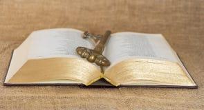Taste und geöffnete alte Bibel Lizenzfreie Stockfotos