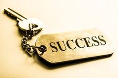 Taste zum Erfolg Die goldene Taste oder Erreichen für den Himmel zum Eigenheimbesitze lizenzfreies stockbild
