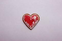 Tastefullyratafia koekje in de vorm van hart met marsepeinbloemen Royalty-vrije Stock Foto