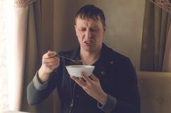 Tasteless τρόφιμα Κακή σούπα Ένας ματαιωμένος πελάτης του εστιατορίου Στοκ Εικόνες