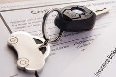 Tasti dell'automobile sui documenti di assicurazione Fotografia Stock Libera da Diritti