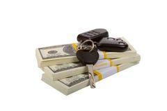 Tasti dell'automobile sul pacchetto dei dollari Fotografie Stock Libere da Diritti