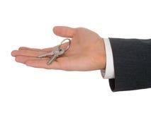 Tasti della holding della mano dell'uomo d'affari immagini stock