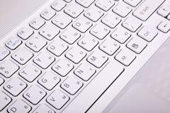 Tasti di tastiera bianchi del calcolatore Immagine Stock