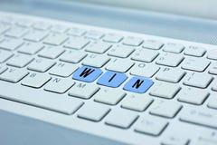 Tastiera con il bottone blu di vittoria, concetto di affari Fotografia Stock Libera da Diritti