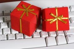 Tastiera con regali immagini stock