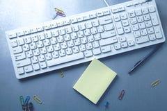 Tastiera con stazionario sulla tavola fotografia stock