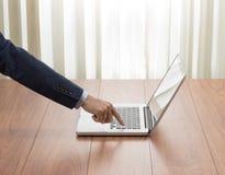 Tastiera del computer portatile di stampaggio a mano dell'uomo d'affari Fotografie Stock Libere da Diritti